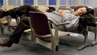 THE TERMINAL (2004) Datang dari negara Krakozhia, Hanks mendarat di Bandara JFK, New york sebagai warga tanpa negara. Paspornya pun tak diakui, yang memaksanya bertahan di zona internasional bandara tanpa bisa keluar atau kembali ke negaranya, selama sembilan bulan.