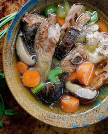 Paleo Chinese Chicken Sparerib Soup. Chinese Chicken bone broth. Chinese spare rib bone broth. Chicken broth. Asian soup broth. Paleo chinese food, Paleo asian food. IHeartUmami. IHeartUmami.com