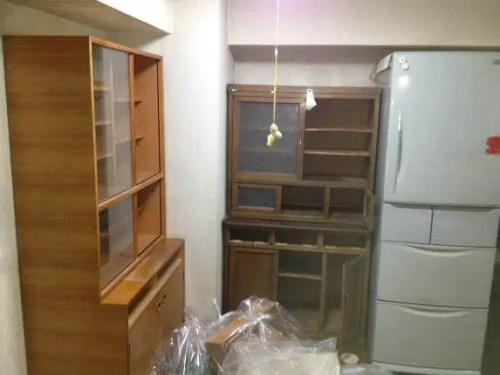 冷蔵庫とおおきな食器棚が並ぶキッチンの不用品片付け