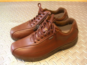 男性の外反母趾とできるだけ幅サイズが合った靴。