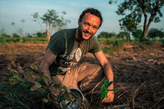 y B'n'Tree Chris Kaiser founder BedAndTree planting trees in Ghana2