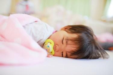 赤ちゃんの眠りを深くするために寝具をひんやり快適に!