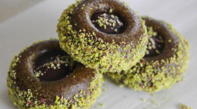 Вам понодобится всего три ингредиента, чтобы приготовить конфеты из фиников, фисташек и шоколада.