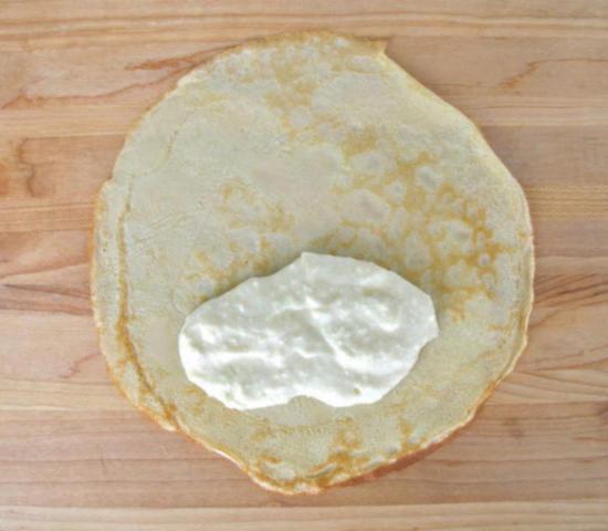 Заверните начинку из сливочного сыра в блин