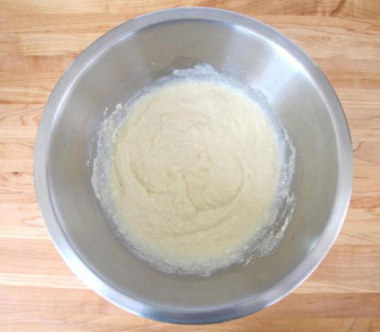 Приготовьте начинку из сливочного сыра для фаршированных блинчиков