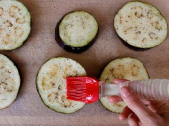 Чтобы баклажаны не впитывали масло, перед обжариванием покройте срезы тонким слоем взбитого яичного белка