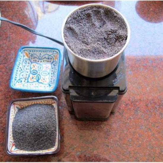 В кофемолке измельчите семена мака
