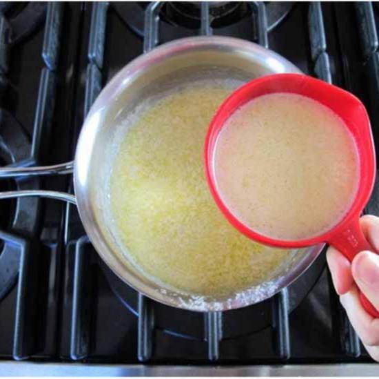 Зачерпните из сковороды около одного стакана горячей смеси