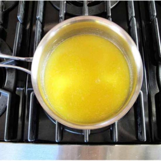 Растопите сливочное масло для начинки из маковых семян