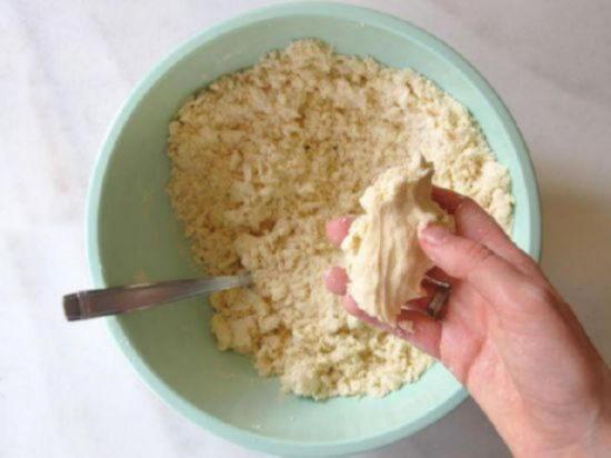 Если быстрое слоеное тесто чуть-чуть липкое и хорошо держит форму оно готово