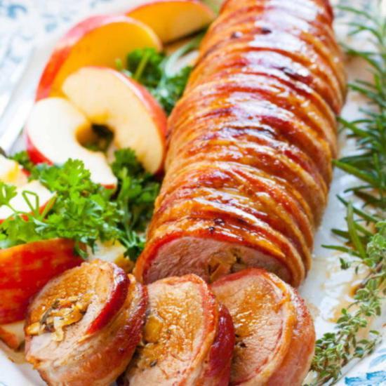 Запеченная свиная вырезка фаршированная яблоками луком и зеленью