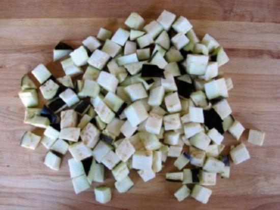 Нарежьте баклажан кубиками