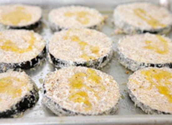 Vylozhite-podgotovlennye-baklazhany-na-protivni-i-polejte-olivkovym-maslom