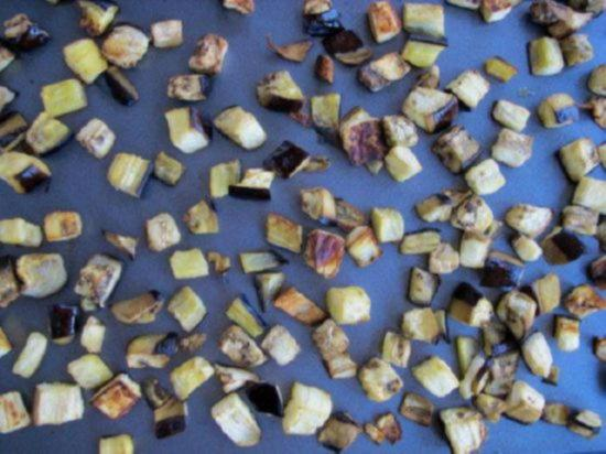 Обжаривайте кубики баклажан пока они не станут мягкими
