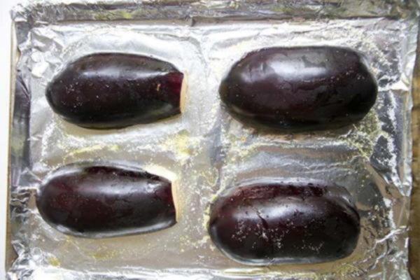 Запеките или обжарьте на гриле баклажаны для икры