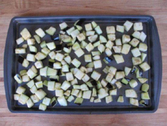 Выложите нарезанные кубиками баклажаны на противень