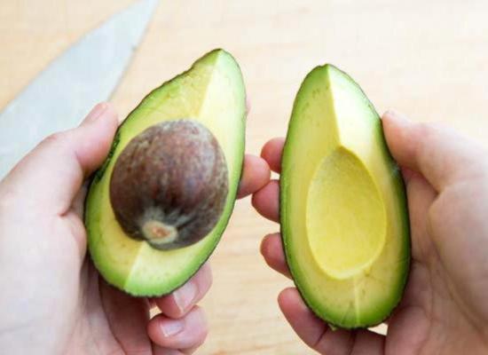Разрежьте половинку авокадо на четверти