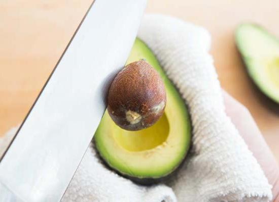 Ножом выкрутите косточку из авокадо