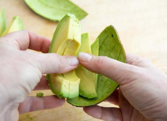 Просто снимите кожицу с долек авокадо