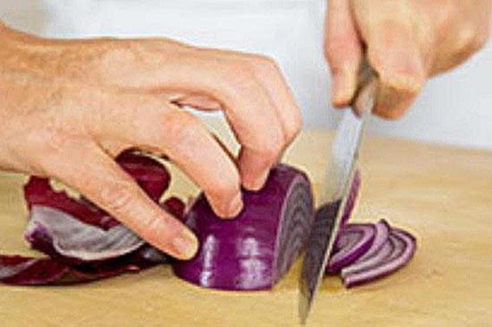 Приблизившись к корню держите луковицу за оставшуюся шелуху