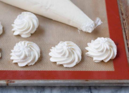 Небольшими порциями посадите взбитые сливки на пергамент и заморозьте в морозильнике