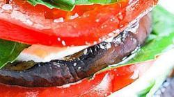 Закуска из жареных баклажанов моцареллы помидоров и базилика уложенных стопкой пошаговый рецепт