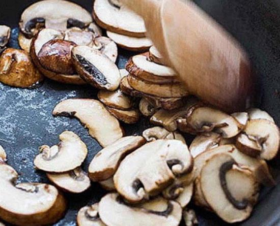 Как жарить грибы на сковороде