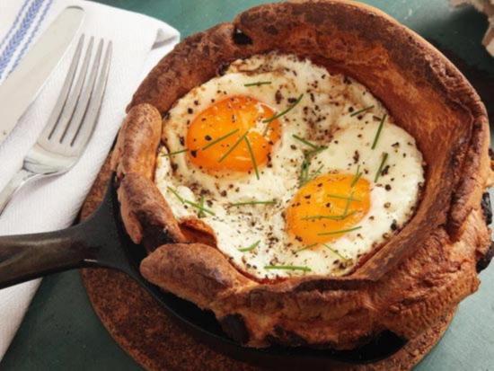 Йоркширский пудинг с беконом жареными яйцами и зеленью