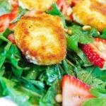 Салат из жареного козьего сыра свежей клубники и рукколы