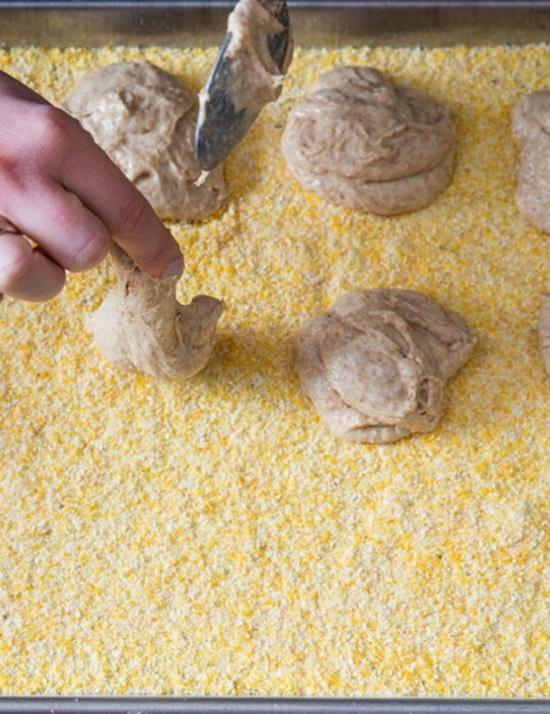 vylozhite na obsypannyj kukuruznoj mukoj list 12 anglijskih keksov