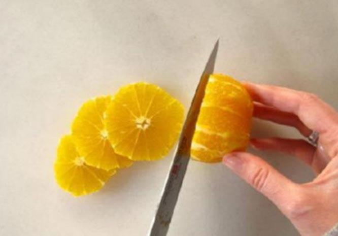 Narezhte ochishchennyj apelsin kruzhochkami neobhodimoj tolshchiny
