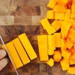 порежьте кусочки тыквы поперек на брусочки
