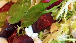 Салат из запеченной свеклы с козьим сыром грецким орехом и мёдом