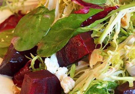 Salat iz zapechennoj svekly s koz'im syrom greckim orekhom i myodom