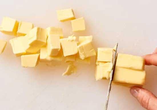 Narezh'te slivochnoe maslo kubikami