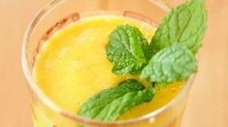 Освежающий смузи из йогурта манго и банана с мятой и колотым льдом