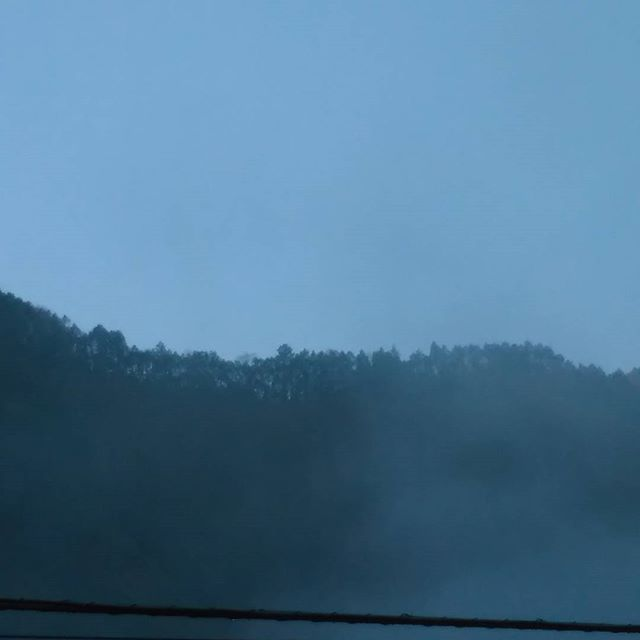 おはようございます。今日は定休日で外出中です。御嶽駅プラットホームからの霧混じりの朝の空と山。電線が入ってしまいました営業時間11~16時 東京都青梅市御岳2ー313 木曜定休#蔵 #筏 #ikada #japan #Tokyo #mitake #御岳 #御岳山 #mitakesan#御岳渓谷 #多摩川 #筏流し #ブドウ山椒 #おにぎり #ドライブ #ツーリング #バイク #ロードバイク #カヌー #カヤック #リバーSUP #アルパインクライミング #ボルダリング #ジムニー #JA22 #山歩き#武蔵御嶽神社 #ペット可 #御嶽駅 #朝の空