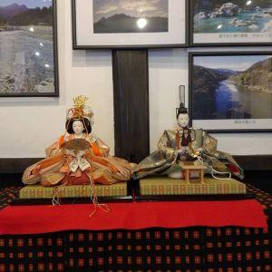 炭鳥 筏のひな人形蔵の一階、筏流しの常設展示室・入って真正面に飾りましたごくシンプルにお内裏さまとお雛さまだけです (二階のギャラリーには、一年を通して武者人形が飾ってあります)#蔵 #筏 #ikada #japan #Tokyo #mitake #御岳 #御岳山 #mitakesan #御岳山ロックガーデン #武蔵御嶽神社 #多摩川 #御岳渓谷 #奥多摩 #ブドウ山椒 #おにぎり#tasty #バイク #ロードバイク #デッドエンド #ジムニー #JA22 #ペット可 #ひな飾り