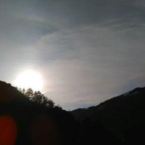 おはようございます今朝の太陽いつもより大きく見えます気温が上がるのと何か関係しているのかな?#蔵 #筏 #ikada #japan #Tokyo #mitake #御岳 #御岳山 #mitakesan #御岳山ロックガーデン #武蔵御嶽神社 #多摩川#御岳渓谷 #奥多摩 #ブドウ山椒 #おにぎり #tasty #バイク #ロードバイク #デッドエンド #ジムニー #JA22 #ペット可  #朝日