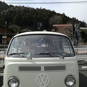 先程のご夫婦が乗っていらしたワーゲンバスがとても可愛かったので撮らせてもらいました何と️約50年前のものだそうです️ キャンピングカー仕様になっていて細かい所も凝っていて素敵でした#蔵 #筏 #ikada #japan #Tokyo #mitake #御岳 #御岳山 #mitakesan #御岳山ロックガーデン #武蔵御嶽神社 #多摩川 #御岳渓谷 #奥多摩 #ブドウ山椒 #おにぎり#tasty #バイク #ロードバイク #カヌー #カヤック #リバーSUP #デッドエンド #ジムニー #JA22 #ペット可 #ワーゲンバス