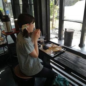 """以前来て下さった @kirishima07 さんにオススメされてご来店頂いた sachiyo_kotoriaroma さんですいつもは山登りだそうですが🏔️今日は #大多摩ウォーキングトレイル で古里までいらして、そのまま炭鳥 筏まで歩いて来られました今流行りの""""山ガール""""と呼ぶよりも、敢えて""""山女""""と呼びたくなる様な、素敵な方でした🤗 ご来店ありがとうございました http://ikadamitake.com#炭鳥 #蔵 #筏 #ikada #japan #Tokyo #mitake #御岳 #御岳山 #mitakesan #御岳山ロックガーデン #武蔵御嶽神社 #多摩川 #御岳渓谷 #奥多摩 #ブドウ山椒 #おにぎり #味玉 #tasty #バイク #ロードバイク #カヌー #カヤック #リバーSUP #デッドエンド #ジムニー #ペット可"""