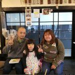 以前お一人でお越しになった @wilier1119 さんが、今日はロードバイクではなく車で来て下さいました奥様と次女さんもご一緒です娘さんは恥ずかしがりやさんで不機嫌そうに見えますが、実際は違いました ご来店ありがとうございました#蔵 #筏 #ikada #japan #Tokyo #mitake #御岳 #御岳 #mitakesan #御岳山ロックガーデン #武蔵御嶽神社 #多摩川 #御岳渓谷 #奥多摩 #ブドウ山椒 #おにぎり #tasty #バイク #ロードバイク #カヌー #カヤック #リバーSUP #デッドエンド #ジムニー #ペット可