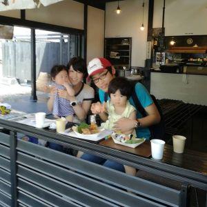 三鷹市からお越しのご家族です#日原鍾乳洞 に行かれる途中、炭鳥ikadaを見掛けてランチに寄って下さいました 二歳の娘さんは写真が苦手なんだそうです。でも、実際は姉妹お二人共めっちゃ可愛かったんですよ~❣️ちょっとピントが合っていなくてごめんなさいご来店ありがとうございました️http://ikadamitake.com 営業時間11~17時(夏季)木曜定休(祭日は営業)#炭鳥 #蔵 #筏 #ikada #mitake #tokyo #御岳 #御岳山 #御岳山ロックガーデン #武蔵御嶽神社 #多摩川 #御岳渓谷 #御岳ランチ #奥多摩フィッシングセンター #奥多摩 #ブドウ山椒 #おにぎり #味玉 #バイク #ロードバイク #カヌー #カヤック #リバーSUP #ラフティング #アルパインクライミング #デッドエンド #ジムニー #ペット可