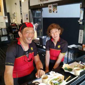 冬と、そして1ヶ月程前にもお越し下さった、リピーターのロードバイク乗りのご夫妻 @tatsuo4690 さん& @yuko.573 さんですいつもご夫婦一緒で、ウエアもお揃いでラブラブですね️ 「走っていてはぐれた時も、同じものを着ていると探しやすいんですよ🚴」との事です️それにしても、仲良しじゃなかったらオソロは着ないですよね~ 今日は奥多摩を、行き先を決めずにゆっくり走るそうです🚴🚴山の景色と空気を満喫なさって下さいませ🤗毎度ご来店ありがとうございますhttp://ikadamitake.com 営業時間11~17時(夏季)木曜定休(祭日は営業)#炭鳥 #蔵 #筏 #ikada #mitake #tokyo #御岳 #御岳山 #御岳山ロックガーデン #武蔵御嶽神社 #多摩川 #御岳渓谷 #御岳ランチ #奥多摩フィッシングセンター #奥多摩 #ブドウ山椒 #おにぎり #味玉 #バイク #ロードバイク #カヌー #カヤック #リバーSUP #ラフティング #ジムニー #ペット可 #trek #look