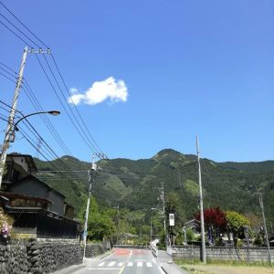武蔵御嶽神社一の鳥居⛩️辺りから、吉野街道・奥多摩町方面を見た景色正面右の山は #惣岳山そして道路右側の看板が炭鳥ikadaですhttp://ikadamitake.com 営業時間4月から12月 11~17時1月から3月 11~16時金曜定休(祭日は営業)※むかし鳥、ばくだんは数に限りがございます。1個からお取り置き致します♪Tel.0428-85-8726#むかし鳥 #体験型 #炭鳥ikada #ばくだん #mitake #御岳 #御岳山 #御岳山ロックガーデン #武蔵御嶽神社 #御岳神社 #御岳渓谷 #東京アドベンチャーライン #御岳ランチ #奥多摩フィッシングセンター #奥多摩 #日原鍾乳洞 #イマタマ #バイク #ロードバイク #カヌー #カヤック #リバーSUP #ラフティング #デッドエンド #ペット可