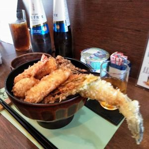 """先日の定休日に、河辺にある天ぷらのお店""""かわ清""""さんへランチを食べに行きました店内はカウンターがメインですが、お座敷もありました。ちょっと奮発して1700円の上天丼をチョイス♪8種類の天ぷらが乗った丼と、お漬物、そしてタコの出汁が効いた赤だし味噌汁。天ぷらや味噌汁の具は、その時々によって変わるそうです。どれも美味しかったですが私が印象に残ったのは、丼からはみ出ていたふっくら穴子。そしてトウモロコシの天ぷらでした。削いで板状になっていて、形も食感も新鮮でしたあと、黒文字の爪楊枝が入っている千代紙は女将さんのお母様のお手製だそうで、選ぶのに迷ってしまう素敵なおもてなしでしたごちそうさまでした《天ぷら かわ清》JR青梅線・河辺駅より徒歩約5分東京都青梅市師岡町4丁目7-1営業時間12〜14時、17〜23時木曜定休0428-21-1122※駐車場はありませんが、近くにコインパーキングが数件ありますhttp://ikadamitake.com営業時間・4月〜12月 11〜17時1月〜  3月 11〜16時金曜定休(祭日は営業)※むかし鳥、ばくだんは数に限りがございます。1個からお取り置き致します♪Tel.0428-85-8726#むかし鳥 #体験型 #炭鳥ikada #ばくだん #mitake #御岳 #御嶽駅 #御岳山 #御岳山ロックガーデン #武蔵御嶽神社 #御岳神社 #御岳渓谷 #東京アドベンチャーライン #御岳ランチ #奥多摩フィッシングセンター #奥多摩 #日原鍾乳洞 #バイク #ロードバイク #サイクリング #カヌー #カヤック #ラフティング #riversup  #デッドエンド #ペット可 #天ぷらかわ清 #かわ清"""
