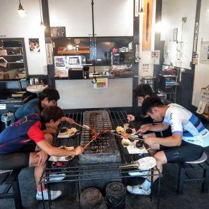 神奈川県横浜市、埼玉県、そして青梅市内からお越しの、ロードバイク乗りの4名様です#奥多摩一周ライド の帰りに、遅めのお昼ごはんにお立ち寄り下さいました🥚前に別のお友達が炭鳥ikadaに来て下さったそうで、その時の写真をご覧になって「奥多摩にロードバイクで来る時は、ここで食べようと決めていました」とのお言葉、とっても嬉しかったです🤗ご来店ありがとうございました❣️http://ikadamitake.com営業時間・4月〜12月 11〜17時1月〜3月 11〜16時金曜定休(祭日は営業)※むかし鳥、ばくだんは数に限りがございます。1個からお取り置き致します♪Tel.0428-85-87#むかし鳥 #体験型 #炭鳥ikada #ばくだん #mitake #御岳 #御嶽駅 #御岳山 #御岳山ロックガーデン #武蔵御嶽神社 #御岳渓谷 #東京アドベンチャーライン #御岳ランチ #奥多摩 #バイク #ロードバイク #サイクリング #カヌー #カヤック #ラフティング #riversup #デッドエンド #ペット可 #尾根幹族 #specialized #lapierre #gustobikes #scott