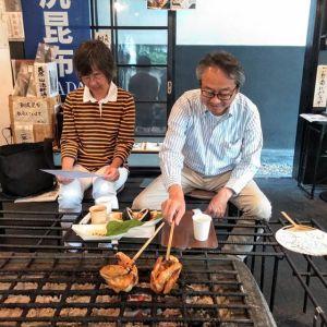 多摩地区からお越しのご夫婦です#奥多摩湖 の先にある #小菅の湯 に行かれた帰りにお立ち寄り下さいました️すでに小菅の湯で食事をされたそうなのですが「外観がとても気になって、どうしても入りたかったんです」とは、ご主人のお言葉です炭鳥ikadaは、昭和12年に建てられた蔵に沿う様にして作ってもらいました店主のこだわりがつまった建物をお気に召して頂けて嬉しいです♪ご来店ありがとうございました🏞️http://ikadamitake.com営業時間・4月〜12月 11〜17時1月〜3月 11〜16時金曜定休(祭日は営業)※むかし鳥、ばくだんは数に限りがございます。1個からお取り置き致します♪Tel.0428-85-8726#むかし鳥 #体験型 #炭鳥ikada #ばくだん #mitake #御岳 #御嶽駅 #御岳山 #御岳山ロックガーデン #武蔵御嶽神社 #御岳神社 #御岳渓谷 #東京アドベンチャーライン #御岳ランチ #奥多摩フィッシングセンター #奥多摩 #日原鍾乳洞 #イマタマ #バイク #ロードバイク #サイクリング #カヌー #カヤック #ラフティング #riversup #デッドエンド #ペット可