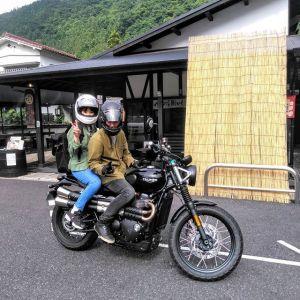 世田谷区からお越しの、バイク乗りのご夫婦です普段は1人乗りの #triumph に乗っておられるそうですが現在修理中で、今日は代車で2人乗り出来る #triumphstreetscambler なのだそうです🏍️と言う事で、奥様と二人で #奥多摩ツーリング にいらして、その途中で炭鳥ikadaにお立ち寄り下さいました🤗ご夫婦で #ツーリングデート 素敵ですね❣️ご来店ありがとうございました🏞️http://ikadamitake.com営業時間・4月〜12月 11〜17時1月〜3月 11〜16時金曜定休(祭日は営業)※むかし鳥、ばくだんは数に限りがございます。1個からお取り置き致します♪Tel.0428-85-8726#むかし鳥 #体験型 #炭鳥ikada #ばくだん #mitake #御岳 #御嶽駅 #御岳山 #御岳山ロックガーデン #武蔵御嶽神社 #御岳渓谷 #東京アドベンチャーライン #御岳ランチ #奥多摩 #日原鍾乳洞 #イマタマ #バイク #ロードバイク #サイクリング #カヌー #カヤック #ラフティング #riversup #御岳ボルダー #ペット可