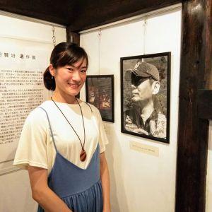 神奈川県からお越しのお客様です🏞️彼女が「私、烏田賢治の姪なんです今日は蔵の展示の、伯父の作品を見学しに来ました」と仰って、びっくり仰天最近 #己書 (おのれしょ)を描いておられるそうで、そうしているうちに賢治氏の作品が見たくなりネットで検索したところ、炭鳥ikadaがHITしたそうですそんな訳でpicは、6月29日にお越し頂いた賢治氏の弟にあたるお父様と同じ場所・賢治氏のポートレートの横で撮らせてもらったのです何だか、賢治氏が姪御さんの来訪にとても喜んでいる様に見えましたご来店ありがとうございました️http://ikadamitake.com営業時間・4月〜12月 11〜17時1月〜3月 11〜16時金曜定休(祭日は営業)※むかし鳥、ばくだんは数に限りがございます。1個からお取り置き致します♪Tel.0428-85-8726#むかし鳥 #体験型 #炭鳥ikada #ばくだん #mitake #御岳 #御嶽駅 #御岳山 #御岳山ロックガーデン #武蔵御嶽神社 #御岳神社 #御岳渓谷 #御岳ランチ #奥多摩フィッシングセンター #奥多摩 #日原鍾乳洞 #奥多摩湖 #バイク #ロードバイク #サイクリング #カヌー #カヤック #ラフティング #riversup #御岳ボルダー #ペット可